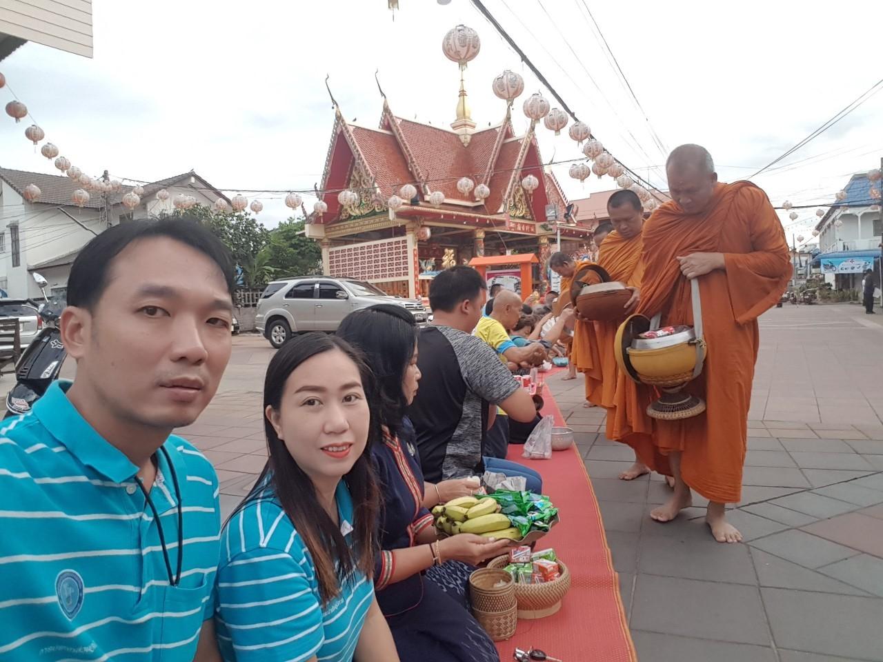 ไฟล์แนบ กปภ.สาขายโสธรร่วมกิจกรรมทำบุญตักบาตรย้อนยุควิถีถิ่นวิถีไทย ถนนคนเดินยโสธร ประจำปี2562
